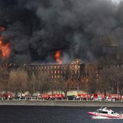 Russie : deux interpellations pour le gigantesque incendie d'une usine à Saint-Pétersbourg