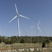 Tempête contre le parc éolien au pied de la montagne Sainte-Victoire