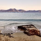 En famille, pour faire la fête ou du sport... Quelle plage des Cyclades choisir ?