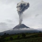 Indonésie: le volcan Sinabung projette une haute colonne de fumée