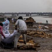 Inde : un filet placé en travers du Gange pour repêcher des morts du Covid-19