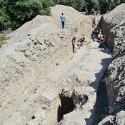 Sous l'oliveraie, un tronçon d'aqueduc presque intact qui alimentait la cité d'Éphèse