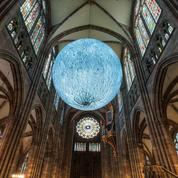 Une gigantesque lune illumine la cathédrale de Strasbourg