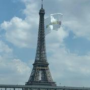 Un drapeau géant au sommet de la tour Eiffel