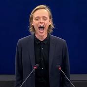 Un acteur polonais hurle son soutien aux opposants biélorusses en plein Parlement européen