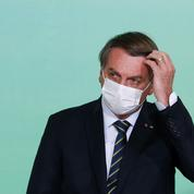 Brésil: Bolsonaro acclamé et hué dans un avion