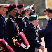 Emmanuel Macron commémore l'appel du 18 juin au côté de deux illustres vétérans