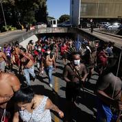 Brésil : heurts entre indigènes et policiers devant le Parlement à Brasilia