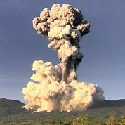 Costa Rica : brève éruption d'un volcan, panache de fumée de 2 km de haut