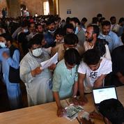Des centaines de Pakistanais envahissent un centre de vaccination anti-Covid