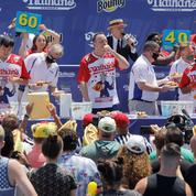 Un Américain avale 76 hot dogs en 10 minutes et bat son propre record