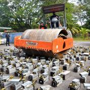 Un millier de machines de minage de bitcoins détruites au rouleau compresseur en Malaisie