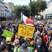 Covid-19 : qui se cache derrière les tracts anti-vaccins distribués durant les manifestations ?
