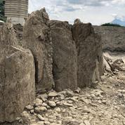Un alignement de treize menhirs, érigés il y a au moins 3000 ans, découvert dans le Valais