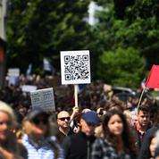 «Mais qui ?» : que signifie ce slogan antisémite écrit sur les pancartes de manifestants anti-passe sanitaire ?