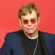 Elton John offre un concert improvisé dans un restaurant à Cannes