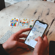 Instagram, TikTok : comment le tarot divinatoire séduit une nouvelle génération en quête de réponses
