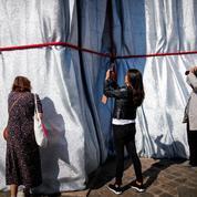 Christo: des morceaux de tissu issus de l'empaquetage de l'Arc de Triomphe en vente sur Internet