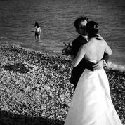 «Je lui avais promis» : ces femmes qui épousent des défunts