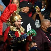 Boxe : sorcier, gladiateurs et costume de légionnaire romain sur AC/DC, l'entrée déjantée de Fury à Las Vegas