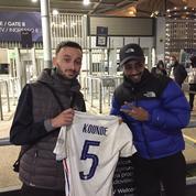 Football : le supporter français agressé après France-Belgique a récupéré son maillot de Jules Koundé
