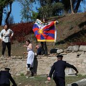 JO 2022 : la flamme olympique allumée à Olympie, la cérémonie perturbée par des manifestants pro Tibet