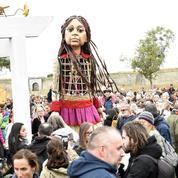 À Calais, un défilé, marionnette en tête, pour porter la voix des enfants migrants