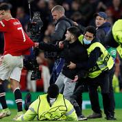 Football : un supporter tente d'arracher le maillot de Cristiano Ronaldo