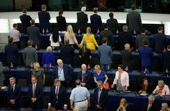 Les Britanniques du Brexit Party tournent le dos lors de l'hymne européen au Parlement