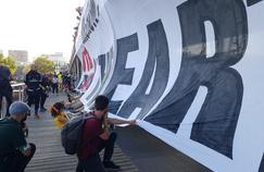 Marche pour le climat : des banderoles déployées sur des ponts parisiens