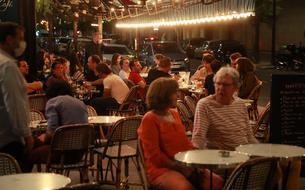 Réouverture des bars: des Parisiens ont profité des terrasses dès minuit