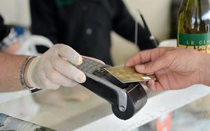 Les Français sortent moins leur carte bancaire, mais dépensent en moyenne davantage