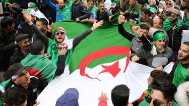 Les Algériens manifestent massivement pour le premier vendredi post-Bouteflika