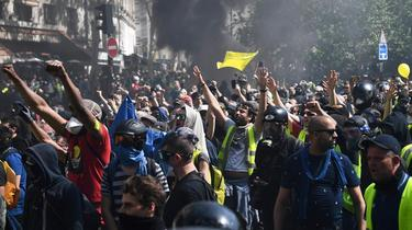 «Gilets jaunes» : des manifestants chargent les policiers à Paris