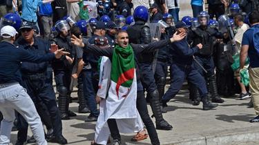 Algérie: 3 personnalités pressent l'armée de dialoguer avec la contestation