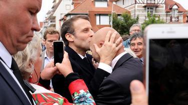 EN IMAGES - Le Touquet: Macron embrasse un militant sur le front