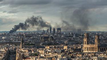 Spectaculaire incendie de plusieurs entrepôts à Aubervilliers