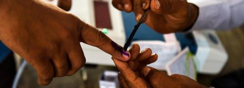 Inde: un homme se coupe un doigt après avoir mal voté
