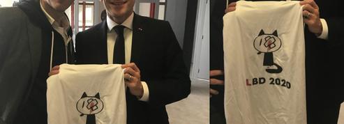 Angoulême : Macron tout sourire avec un T-shirt contre les violences policières dans les bras