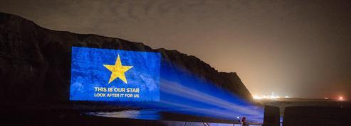 Oui, une vidéo anti-Brexit a été projetée sur les falaises de Douvres