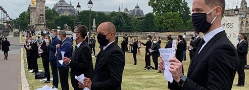 Restauration événementielle: les maîtres d'hôtel manifestent leur colère à Paris