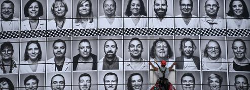 500 portraits de soignants recouvrent l'Opéra Bastille grâce au soutien de JR