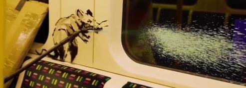 Banksy tague le métro londonien pour sensibiliser ses concitoyens au port du masque