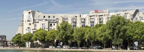 Un hôtel Ibis reconverti en centre d'hébergement provoque la colère d'édiles parisiens