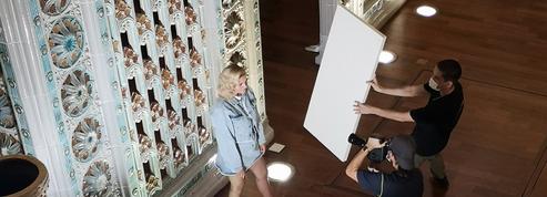 «Elle est comme Robert de Niro» : la gentillesse de Louane sur son tournage à La Piscine de Roubaix