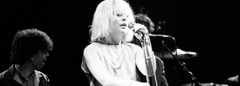 Debbie Harry, l'iconique chanteuse de Blondie, regarde son passé dans Face It