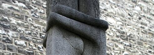 Pourquoi le cimetière du Montparnasse risque de perdre son Baiser de Brancusi