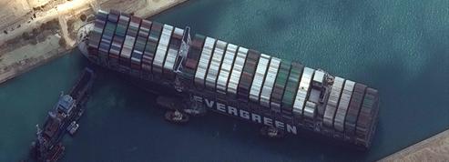 En images : le canal de Suez bloqué par un bateau échoué