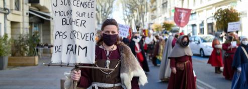 «Sire! On en a gros!» : Les professionnels des reconstitutions historiques manifestent en costume à Avignon