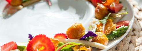 La recette d'asperges, fraises et poivre Timut par Claire Vallée